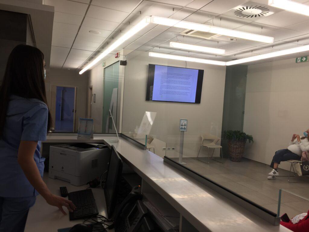 Foto dell'infermiera che espone durante il corso preparto Clinica Gretter Catania